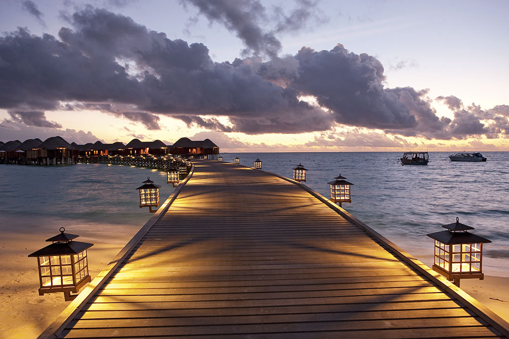 Halaveli-Water-Villas-night